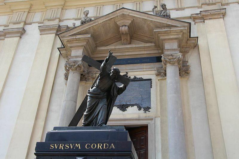 """Pomnik Jezusa """"Sursum Corda"""" przed Kościołem Świętego Krzyża"""