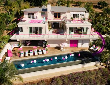 Dom w stylu Barbie jest do wynajęcia. Basen, dwie sypialnie i mnóstwo różu