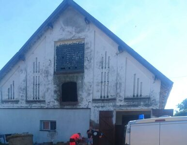 Wyrzucili przez okno obory 230-kilogramowy balot słomy. Spadł na kobietę