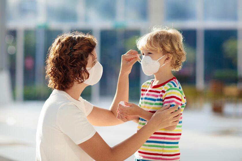 Kobieta i dziecko w maseczkach