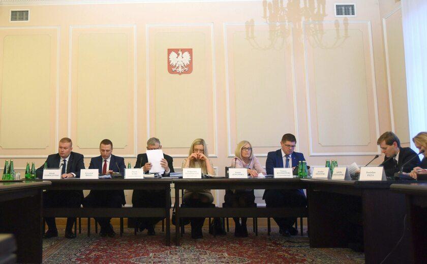 Członkowie komisji ds. Amber Gold podczas jednego z posiedzeń