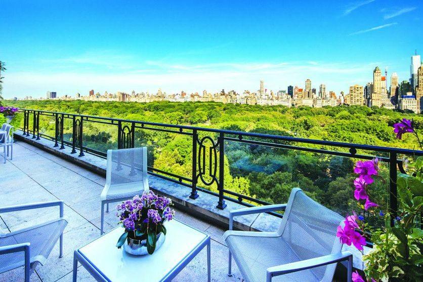 Nowojorski dom Stinga Dwupoziomowy penthouse znajduje się na 16 i 17 piętrze budynku, stojącego pod adresem 15 Central Park West, który jest powszechnie uważany za jeden z najbardziej prestiżowych w Nowym Jorku. Mieszkali w nim między innymi Denzel Washington oraz Robert De Niro.