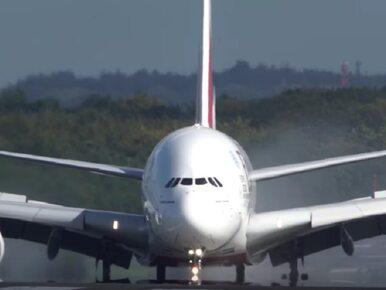 Największy pasażerski samolot świata walczy z siłą orkanu. Do sieci...