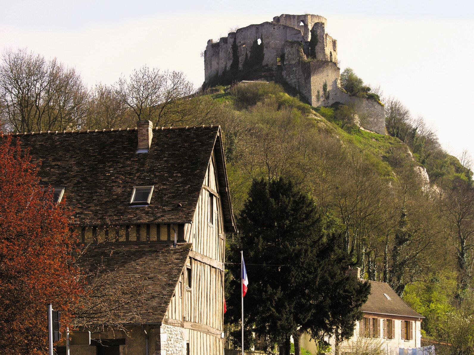Chateau Gaillard, Francja Położony nad Sekwaną XII-wieczny zamek Chateau Gaillard wybudowany został w ciągu zaledwie jednego roku na rozkaz Ryszarda Lwie Serce. Stosunkowo krótko uważano go za niemożliwy do zdobycia, bowiem już w 1204 zajęły go wojska francuskie. Twierdza popadła w ruinę około XVI wieku i w takim stanie utrzymywana jest do dziś.