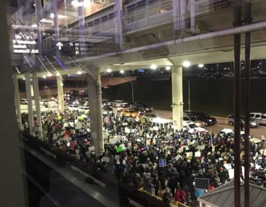 Ważna decyzja sądu i protesty na lotniskach. Dekret Trumpa wywołał burzę