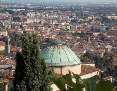 10 stron nekrologów. Włoski dziennikarz pokazuje zmianę z miesiąca na...