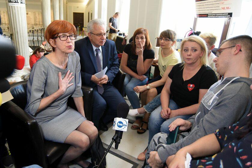 Protest opiekunów osób niepełnosprawnych w Sejmie. Rozmowa z minister Rafalską