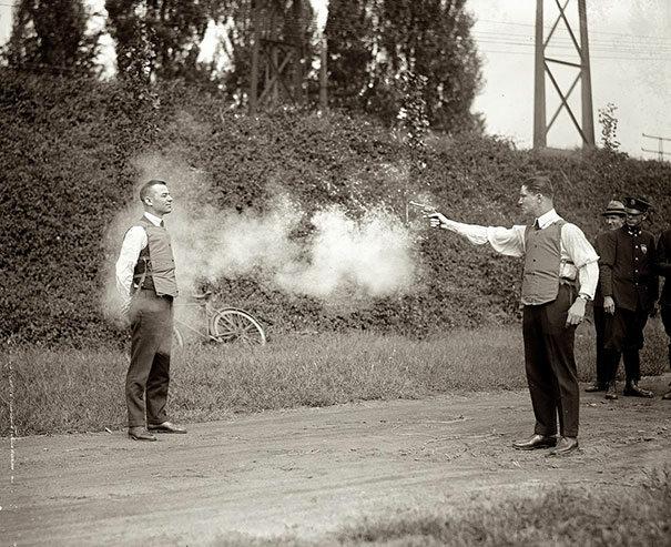 Testowanie nowych kamizelek kuloodpornych, 1923 (fot. boredpanda.com)
