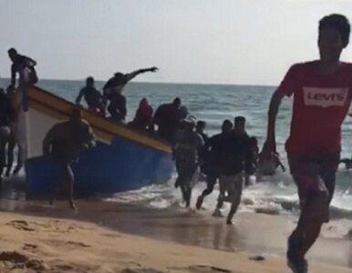 Grupa migrantów rozbiegła się po hiszpańskiej plaży. Nie mieli...