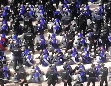 Setki związanych więźniów z opaskami na oczach. Ujawniono nagranie z drona