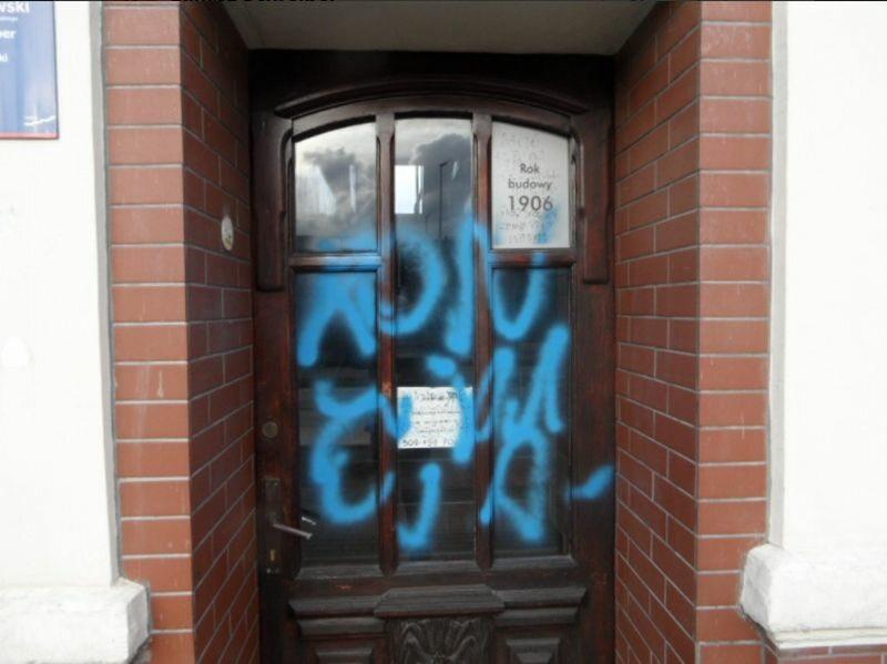 Zniszczone drzwi biura poselskiego Pawła Schreibera