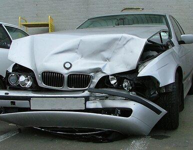 Wypadek i korki pod Warszawą. BMW uderzyło w dwie mazdy