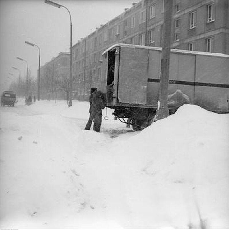 Rozładunek ciężarówki na ul. Malczewskiego