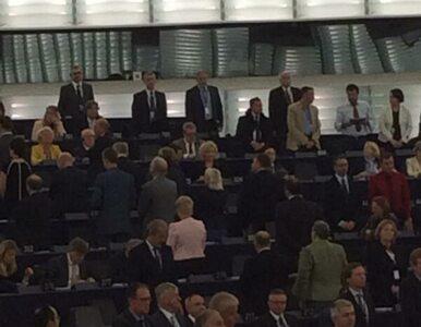"""""""Oda do radości"""" w europarlamencie. Posłowie się odwracają albo wychodzą"""