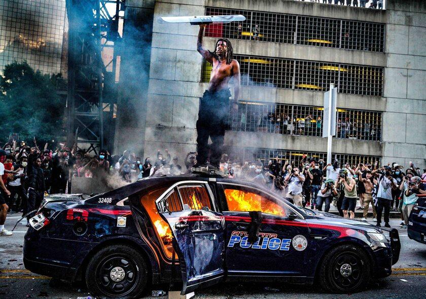 Spalony radiowóz amerykańskiej policji