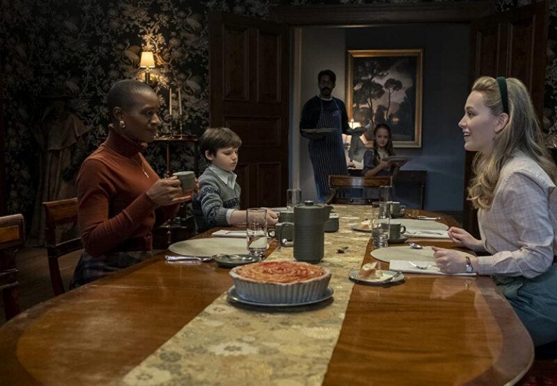 """Kadr z serialu """"Nawiedzony dwór w Bly"""" (ang. """"The Haunting of Bly Manor"""")"""