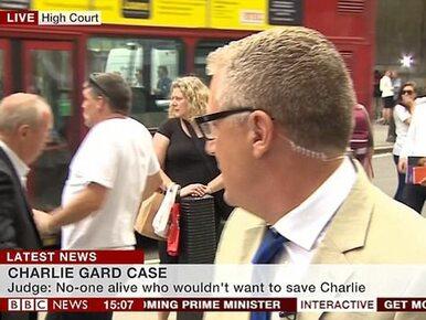 W programie na żywo w BBC ścigany mężczyzna wpadł pod piętrowy autobus