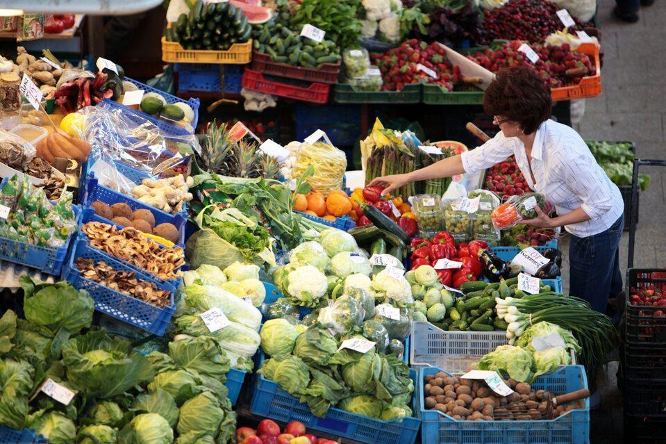 Sprzedaż owoców i warzyw – zdjęcie ilustracyjne