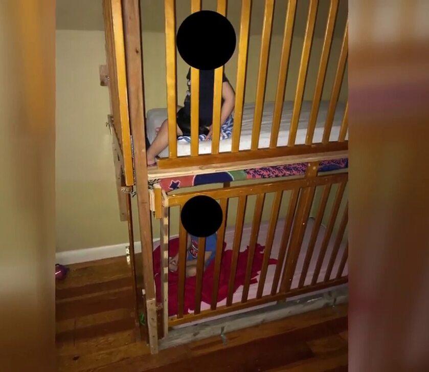 Dzieci w łóżeczkach przypominających klatkę