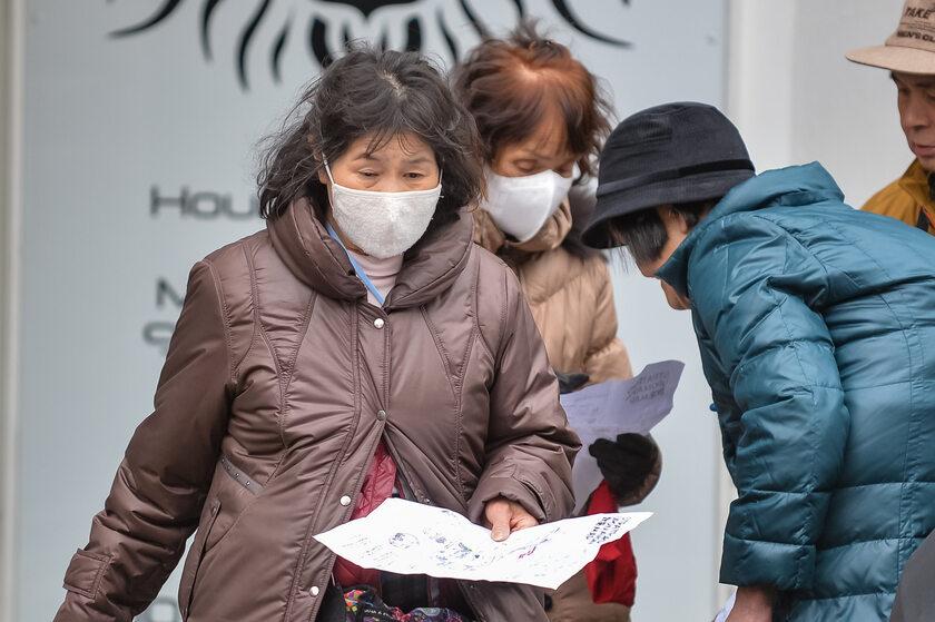 Ludzie w maskach chroniących przed koronawirusem