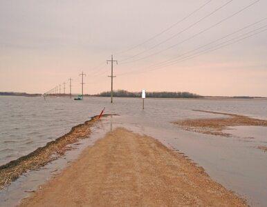 Błoto zalewa drogi w Kalifornii