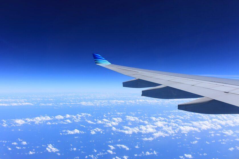 lot samolotem w chmurach