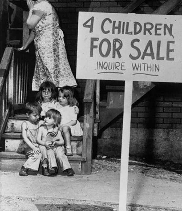 Matka ukrywa twarz ze wstydu po oddaniu jej dzieci na sprzedaż, Chicago, 1948 (fot. boredpanda.com)