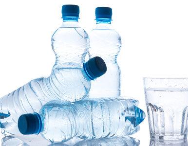Naukowcy sprawdzili skład wody w butelkach. Wypijamy kawałki plastiku